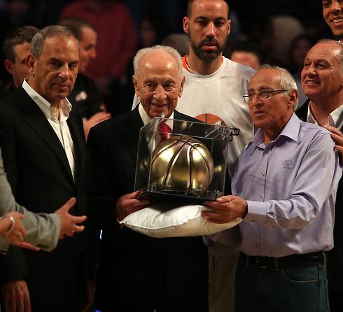 שמעון פרס מקבל כבוד ממוטי ששון ושמואל פרנקל  (צילום: אורן אהרוני) (צילום: אורן אהרוני)