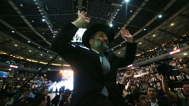 אלפים הגיעו לכנס בתל אביב. דרעי, הערב (צילום: מוטי קמחי) (צילום: מוטי קמחי)