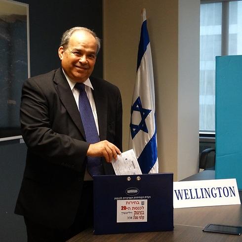 """""""יש תחושה מיוחדת בכך שאני האזרח הישראלי הראשון שמצביע"""" ()"""