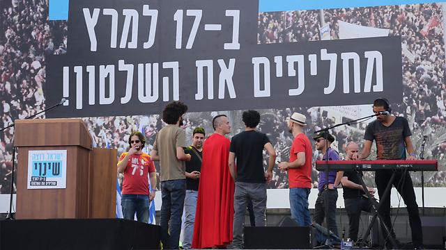 הכנות אחרונות של במת העצרת בכיכר רבין (צילום: מוטי קמחי) (צילום: מוטי קמחי)