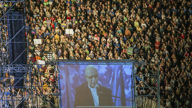 דגן על מסכי הענק בעצרת (צילום: AFP) (צילום: AFP)