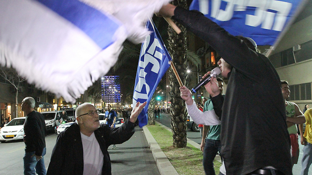 Likud voters stage a counter-demonstration at the left-wing rally in Tel Aviv on Saturday (Photo; Ido Erez)