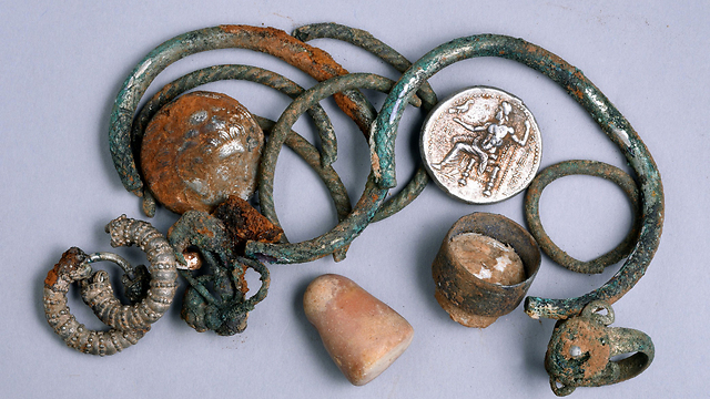 Jewelry found in ancient cave. (Photo: IAA)