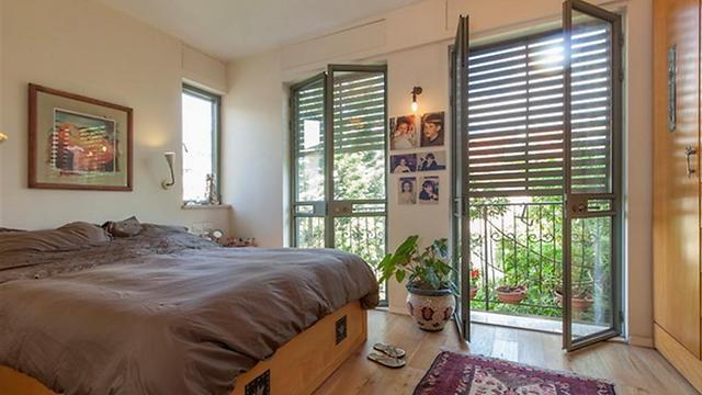 חדר שינה עם חלונות עד לרצפה להכנסת אור השמש (צילום: רונן קוק) (צילום: רונן קוק)