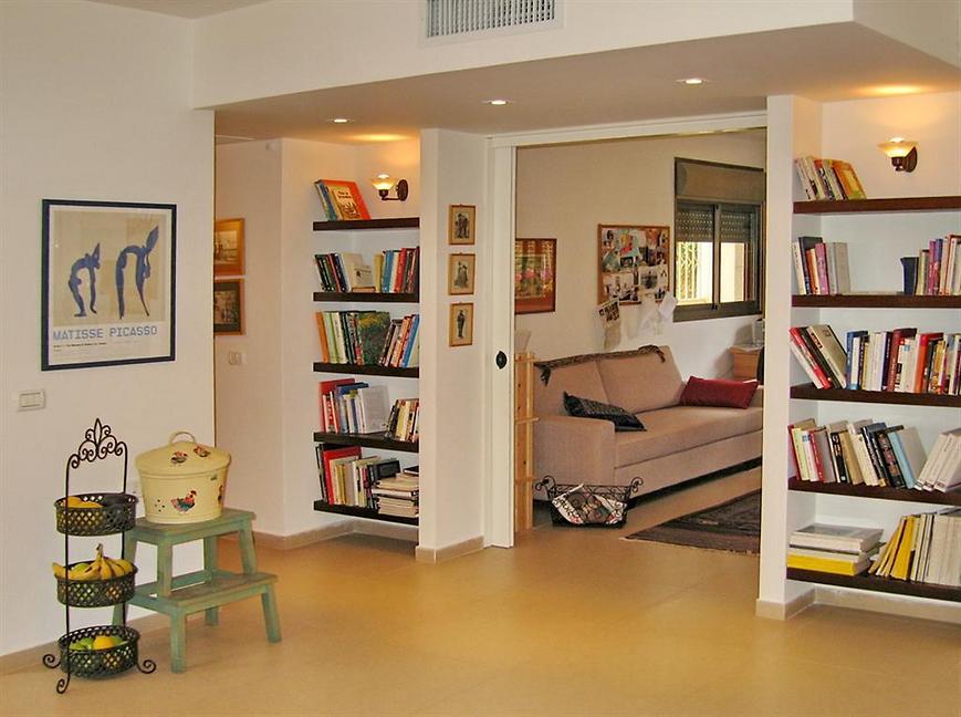 דלתות פתוחות מגלות חדר עבודה (צילום: אורלי ערן)