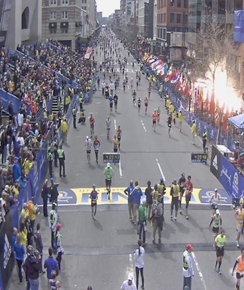 רגע הפיגוע במרתון בוסטון (צילום: EPA) (צילום: EPA)