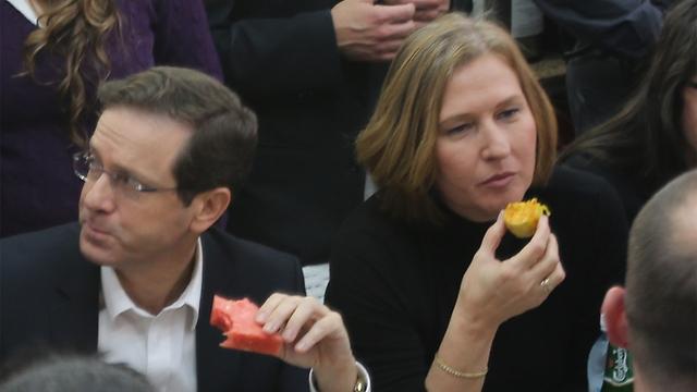 Herzog and Livni eat lunch at Carmel Market. (Photo: Motti Kimchi)