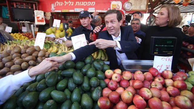 Herzog and Livni at Carmel Market. (Photo: Motti Kimchi)