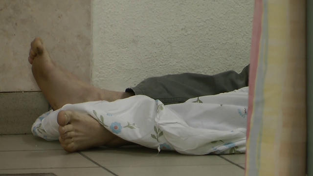 חולה שנפל מהמיטה במיון. צילום מתוך הסרט (באדיבות yes דוקו) (באדיבות yes דוקו)