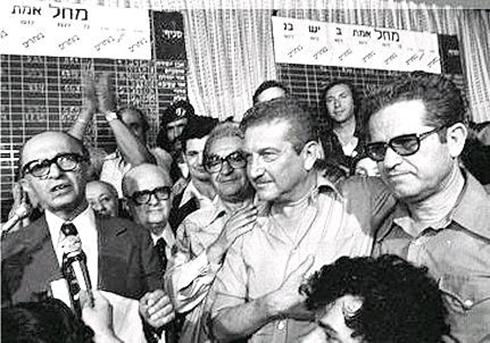 משמאל: מנחם בגין, שמחה ארליך, עזר ויצמן ומוטקה ציפורי, לאחר המהפך