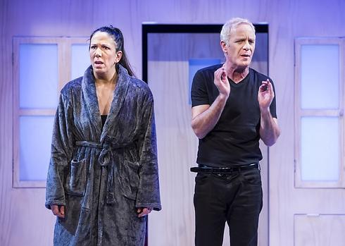 """שרון אלכסנדר ולירית בלבן בהצגה """"זוג פתוח"""" (צילום: כפיר בולוטין) (צילום: כפיר בולוטין)"""