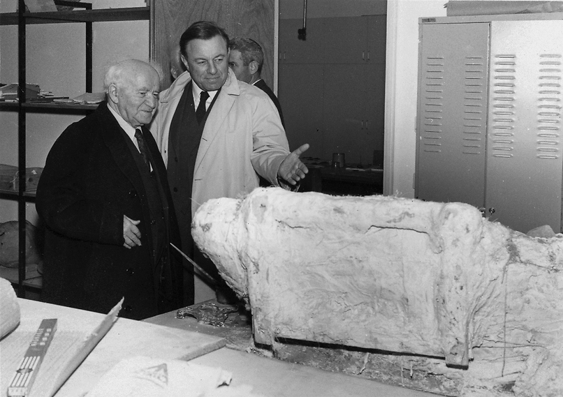טדי קולק עם דוד בן גוריון בשנת פתיחת המוזיאון, 1965 (  )