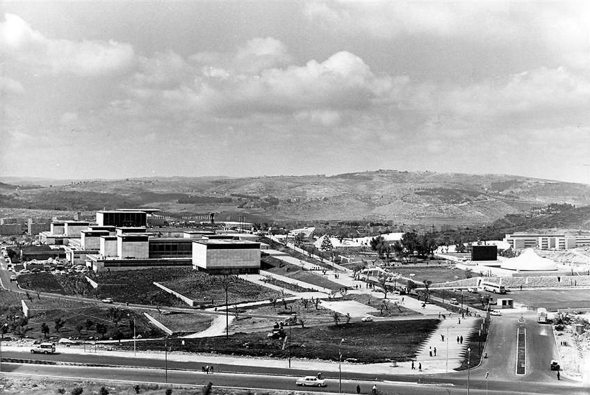 המוזיאון בשנת פתיחתו, 1965. מימין: היכל הספר (  )