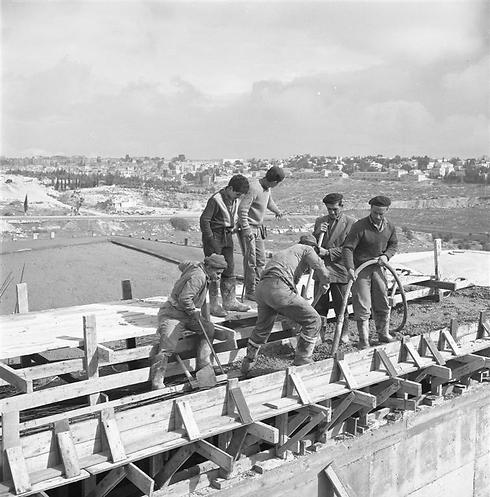 עובדים על בניית המוזיאון, ראשית שנות ה-60 (  ) (  )