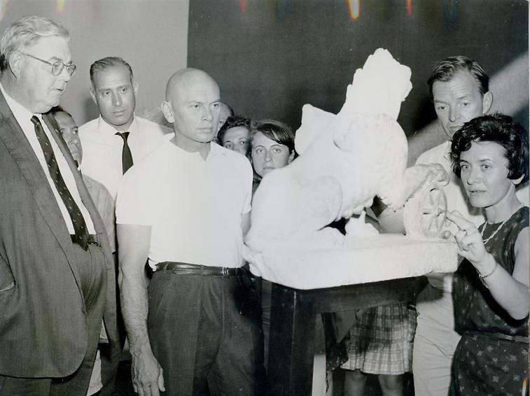 """השחקן יול ברינר (""""עשרת הדיברות"""") במוזיאון, 1977 (  )"""