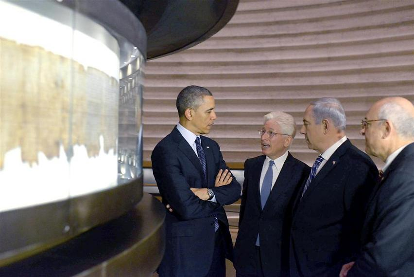 """אובמה עם רה""""מ נתניהו, מנכ""""ל המוזיאון סניידר ויו""""ר מועצת המנהלים עו""""ד מלכו, 2012 (  )"""