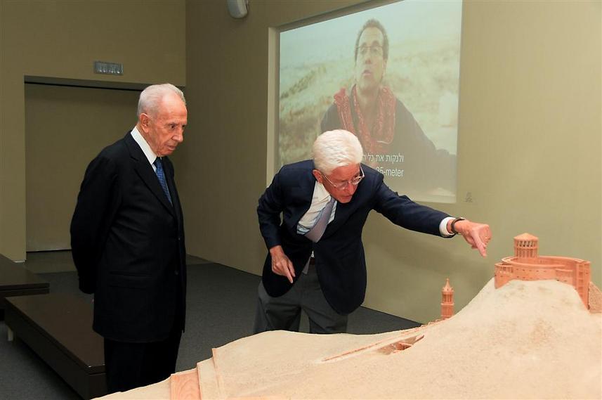 "מנכ""ל המוזיאון ג'יימס סניידר עורך ביקור לנשיא לשעבר, שמעון פרס, 2013 (  )"