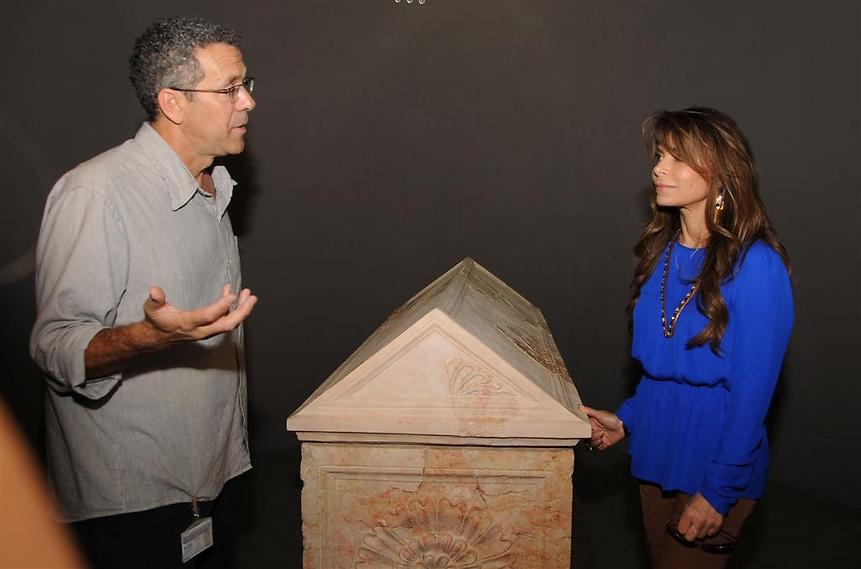 הזמרת פאולה עבדול מבקרת במוזיאון, 2013 (  )