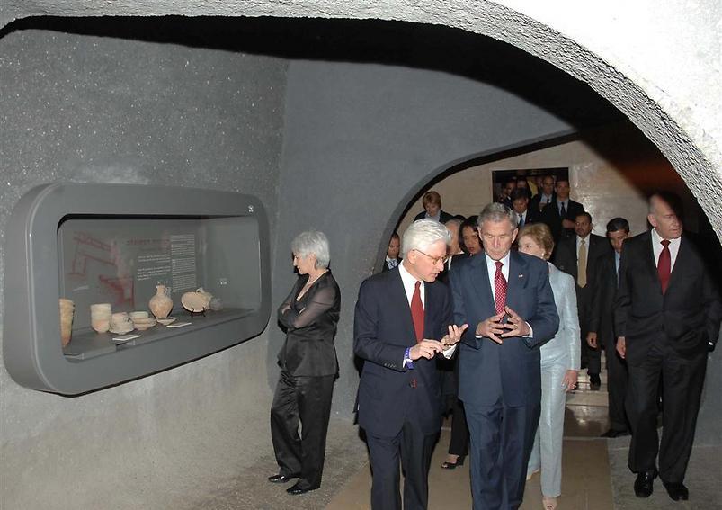 """נשיא ארה""""ב לשעבר, ג'ורג' בוש, עם מנכ""""ל המוזיאון (  )"""