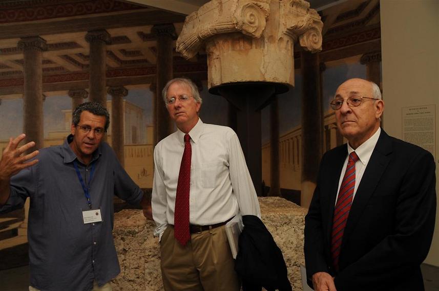 """דניס רוס (במרכז) עם עו""""ד יצחק מלכו, יו""""ר מועצת המנהלים של המוזיאון ואוצר תערוכת הורדוס דודי מבורך, במוזיאון (  )"""
