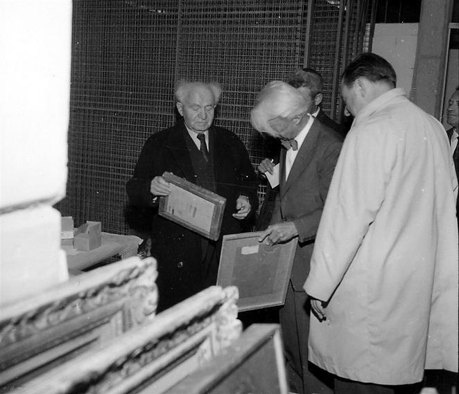 דוד בן גוריון, ראש הממשלה הראשון של מדינת ישראל, במוזיאון (  )