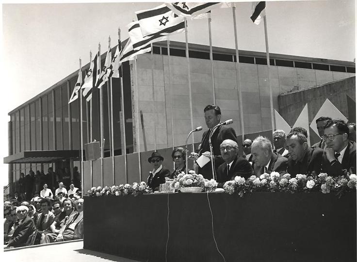 טדי קולק נואם בפתיחת המוזיאון, 1965 (  )