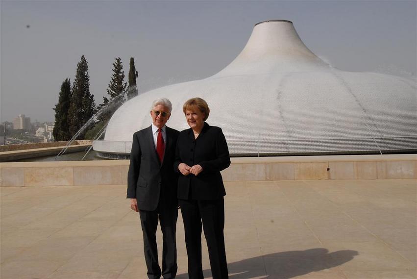 קנצלרית גרמניה אנגלה מרקל על רקע היכל הספר, 2007 (  )