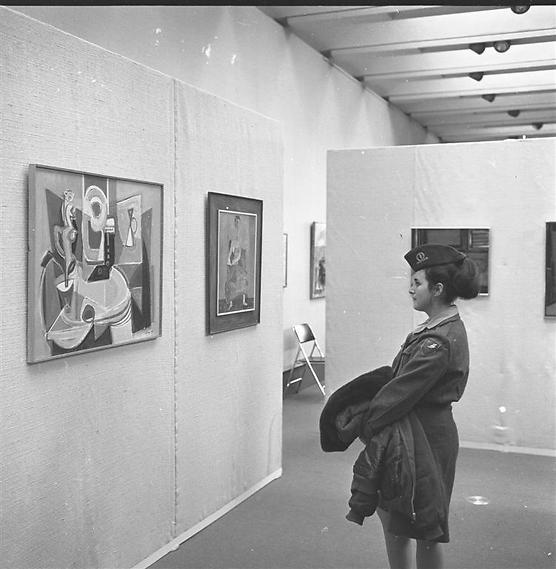 חיילת מבקרת במוזיאון, שנות ה-60. ומה עם התמונה שלכם? (  )