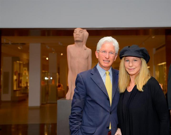 """ברברה סטרייסנד עם מנכ""""ל המוזיאון, ג'יימס סניידר, 2013 (   )"""