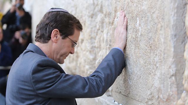 Herzog at Kotel (Photo: Gil Yohanan)