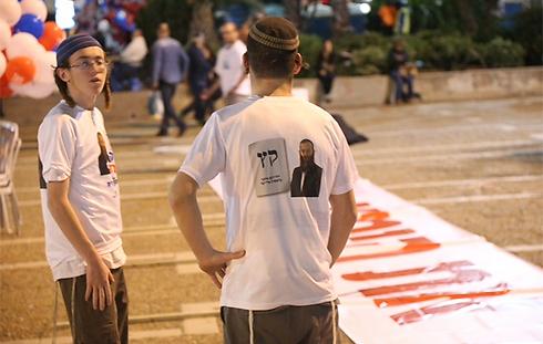 נערכים לעצרת, מוקדם יותר הערב (צילום: מוטי קמחי) (צילום: מוטי קמחי)