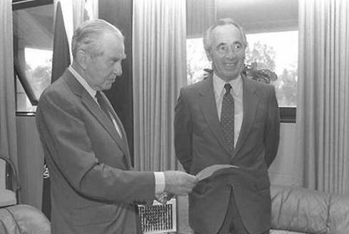 Chaim Herzog with Shimon Peres (Photo: GPO)