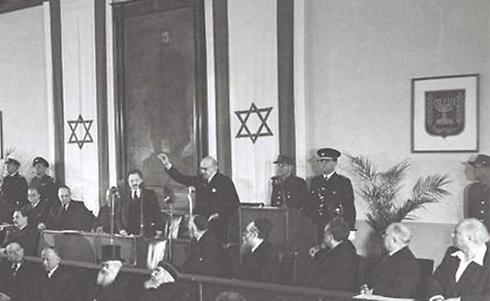 """הרב יצחק הלוי הרצוג (בשורה הראשונה שלישי משמאל) בזמן נאום הנשיא חיים ויצמן בהשבעת הכנסת הראשונה ב-1949 (צילום: הוגו מנדלסון, לע""""מ) (צילום: הוגו מנדלסון, לע"""