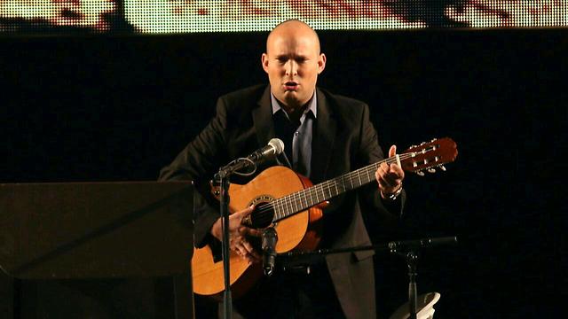 Bennett singing 'Jerusalem of Gold' (Photo: Hillel Meir)