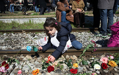 Jews strew flowers on rails of old railway station in Thessaloniki (archive photo: AFP)