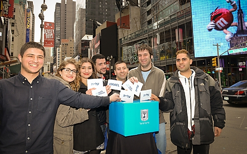 Event participants at Times Square. Voting for aliyah (Photo: Shahar Azran, Nefesh B'Nefesh)