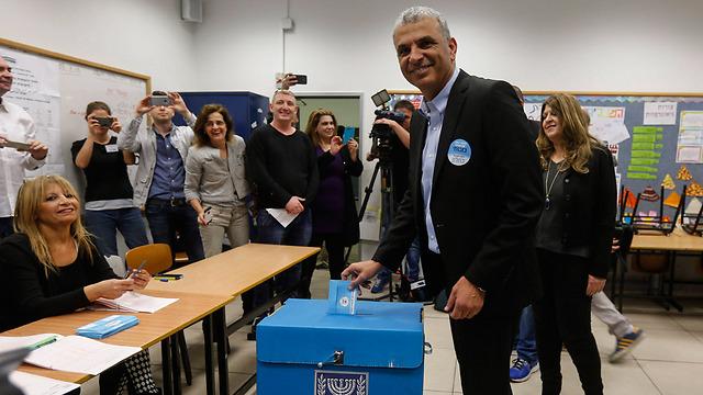 Kingmaker Kahlon votes (Photo: EPA)