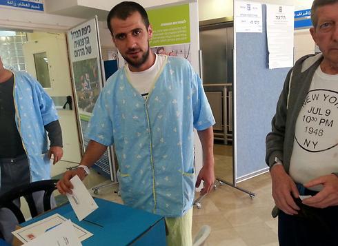 A patient votes at Soroka Medical Center in Be'er Sheva (Photo: Soroka Spokesman) (Photo: Soroka Medical Center)