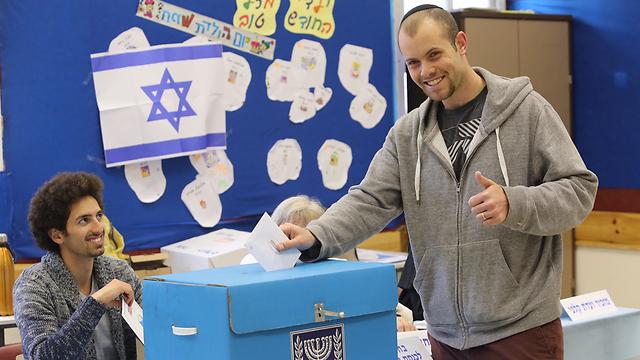 מצביעים ביום הבחירות הקודם ב-2015 (צילום: גיל יוחנן) (צילום: גיל יוחנן)