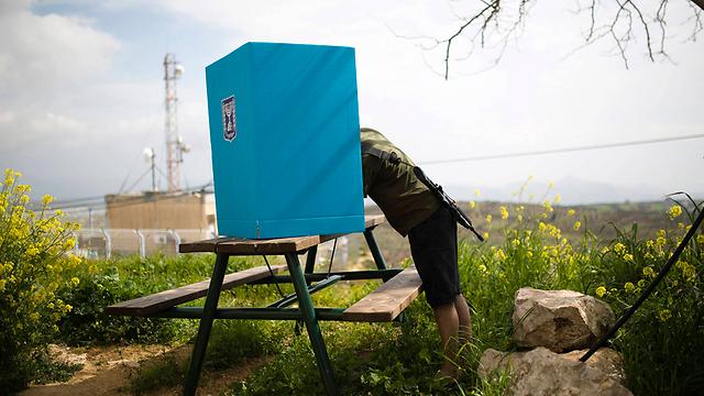 Soldier votes near Ariel (Photo: Reuters) (Photo: Reuters)