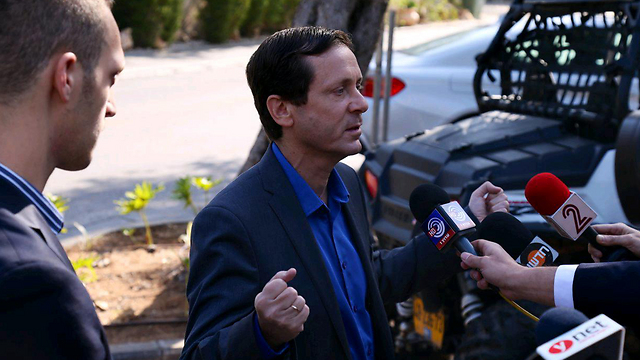 Isaac Herzog speaks to reporters on Wednesday morning (Photo: Motti Kimchi)