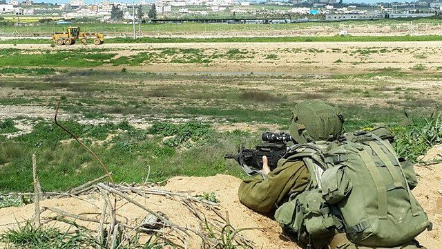 IDF soldier at Gaza border (Photo: Yoav Zitun)