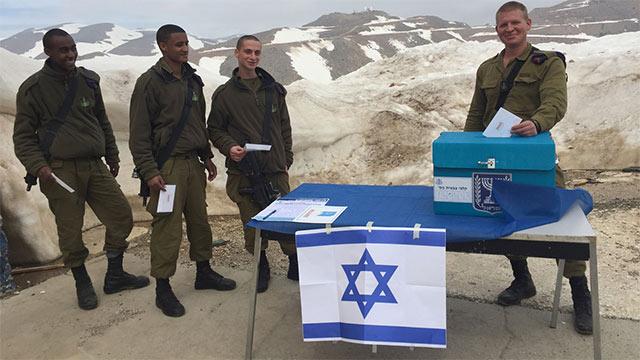 IDF soldiers voting (Photo: IDF Spokesperson's Unit)
