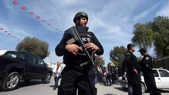 Tunisian police near site of attack (Photo: AFP) (Photo: AFP)