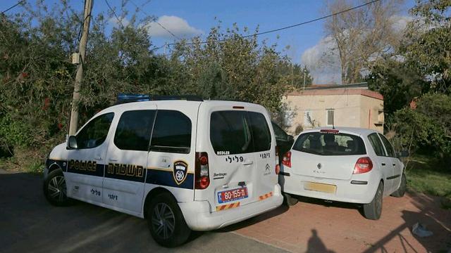 כוחות משטרה מחוץ לביתו של גפן, היום (צילום: עידו ארז)