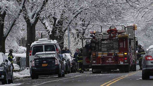 כוחות כיבוי האש ליד הדירה שעלתה באש בברוקלין (צילום: AFP) (צילום: AFP)