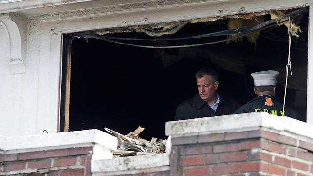 ראש עיריית ניו יורק, ביל דה בלאזיו, בדירה שנשרפה (צילום: AP) (צילום: AP)