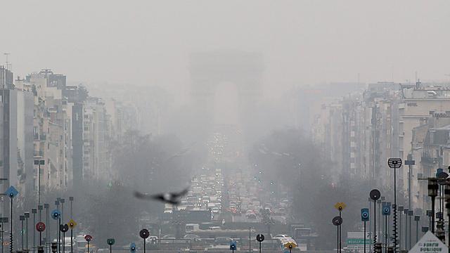 איפה שער הניצחון? זיהום אוויר חריג בצרפת מוביל לצעדים חריגים לא פחות (צילום: EPA)
