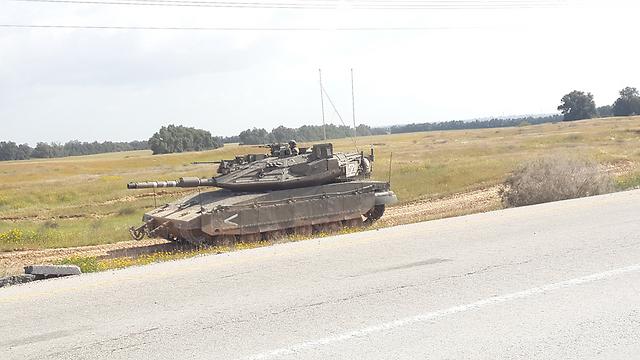 טנק מרכבה בגבול עזה, היום (צילום: רועי עידן) (צילום: רועי עידן)