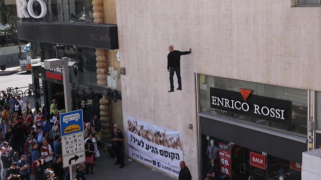 Hezi Dean floats over crowd near Dizengoff Center (Photo: Motti Kimchi)